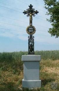 Kříž u polní cesty k lesu